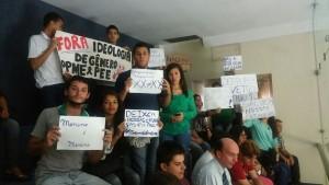 Manifestantes contrários à inclusão dos temas de gênero na escola saem vitoriosos, agora projeto segue para sanção do governador