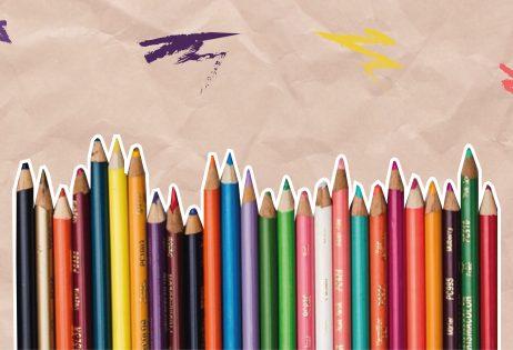 Em colagem, é possível ver um conjunto de lápis de cor. Ao fundo, há elementos decorativos.
