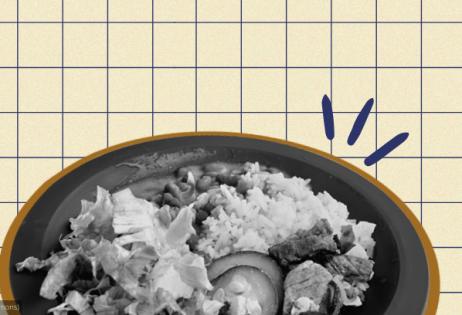 Em arte de colagem, é possível ver uma foto preto e branco de um prato de comida. No prato há arroz, feijão, alface, carne e abobrinha. Ao fundo da colagem há textura quadriculada.