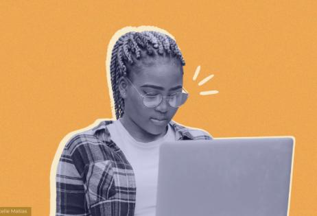 Em arte de colagem, é possível ver uma foto de uma adolescente negra olhando para um notebook.