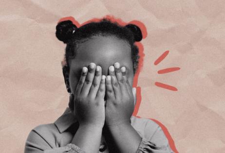 Imagem de uma criança assustada com as mãos cobrindo os olhos. A Imagem é destaque da matéria8 motivos para dizer não à educação domiciliar