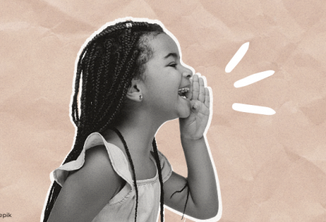 Imagem de @master1305 em destaque no site Gênero e Educação. Há uma menina negra alegre soltando um grito